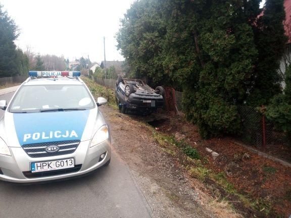 Ropczyce: Zderzenie pojazdów na skrzyżowaniu - jeden z nich dachował