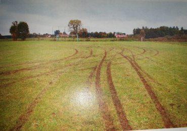 Mielec: Zniszczyli murawę boiska