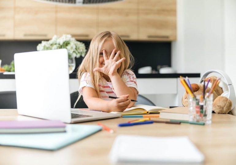 Kolejne gminy wyposażają uczniów w komputery niezbędne do zdalnej nauki.