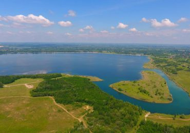 Tarnobrzeg: Ruszyły wielkie inwestycje nad Jeziorem Tarnobrzeskim. W realizacji nowe drogi, parking oraz budynki.