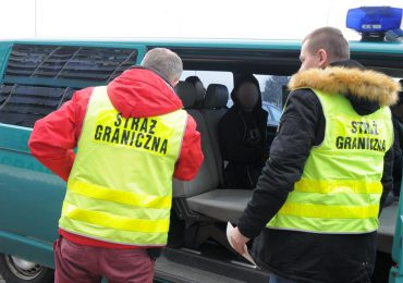 Krosno: Trzech nielegalnych emigrantów,  najprawdopodobniej Afgańczyków ujawniono w naczepie tira.