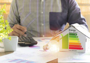 Porady: Jak zaoszczędzić na rachunkach za energię elektryczną?
