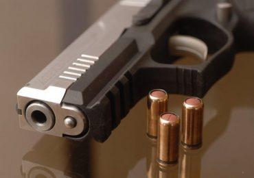 Strzyżów: Sąsiad chciał zmusić sąsiada do wyłączenia kosiarki, użył do tego pistoletu.