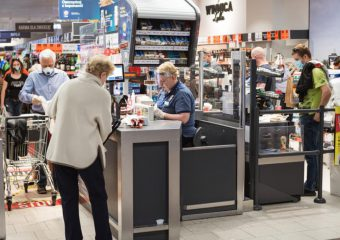 Polska: Nowe prawo umożliwi sprzedawcy wyproszenie ze sklepu osób bez maseczek.
