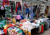 Stalowa Wola: Na bazarze funkcjonariusze znaleźli podróbki markowej odzieży