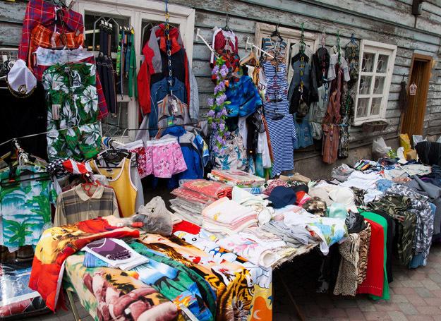 Tarnobrzeg: 37-latek sprzedawał na bazarze podrabianą odzież