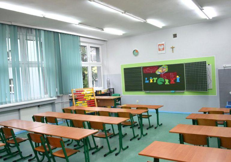 Ropczyce: Zamknięte szkoły. Nauczycielka zakażona koronawirusem w Gminie Iwierzyce.