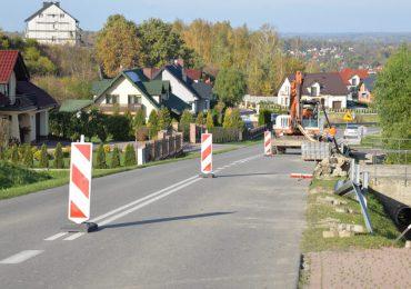 Ropczyce: Powstają nowe chodniki na drogach powiatowych. Będzie bezpieczniej.