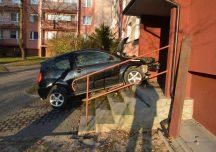 Jarosław: 82-letni kierowca wjechał w blok