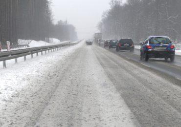 Polska: Korzystaj bezpiecznie z drogi w zimowych warunkach