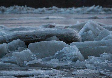 Porady: Jak się zachować, gdy załamie się lód?