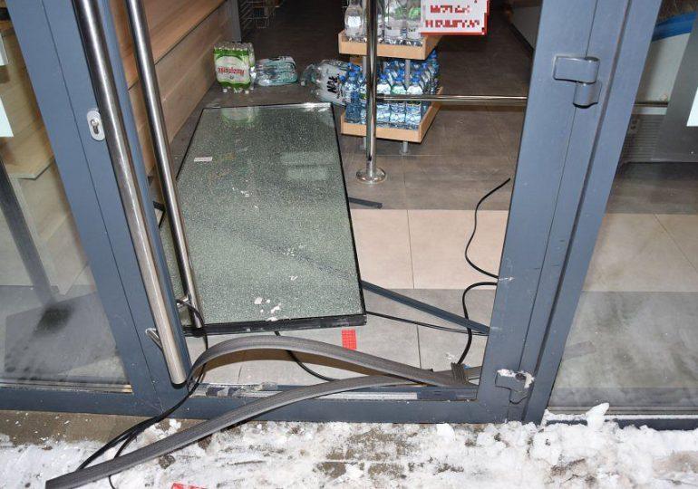 Rzeszów: Włamywali się do sklepów taranując samochodem drzwi wejściowe. Zostali już ujęci przez policję.