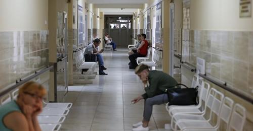 Polska: NFZ ogranicza planowane zabiegi i przyjęcia do szpitala - rozwój epidemii.