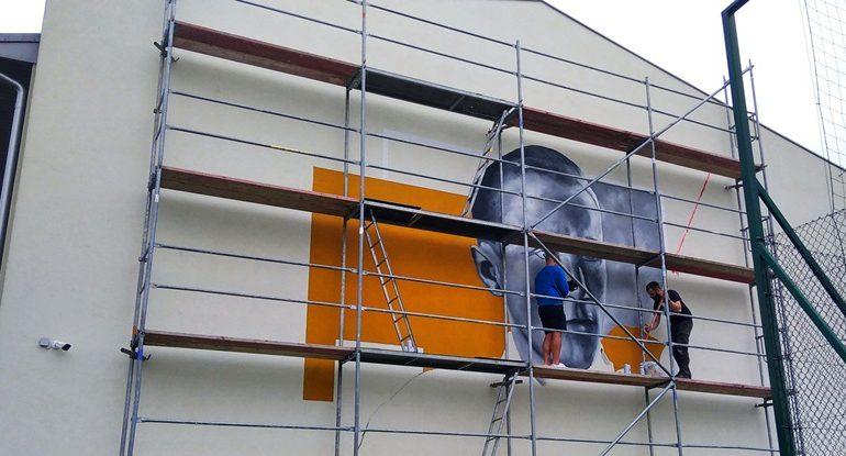 Kolbuszowa: W Weryni powstaje mural z wizerunkiem patrona szkoły