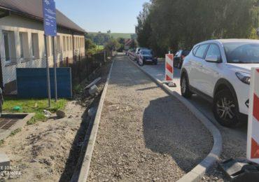 Ropczyce: Trwa budowa chodnika oraz remonty dróg w gminie Iwierzyce