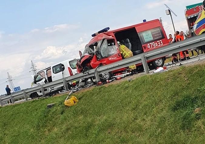 Leżajsk: Zderzenie wozu strażackiego z Sarzyny. Dwie osoby są ranne